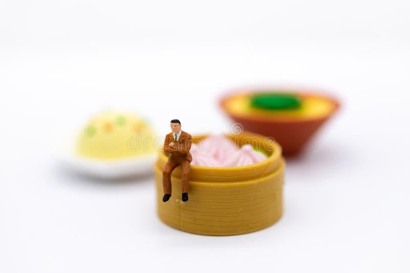 Miniaturowi ludzie i jedzenie, sprawdzają odżywczą wartość, odżywki otrzymywać w each posiłku Wizerunku use dla jedzenia i napoju zdjęcia stock