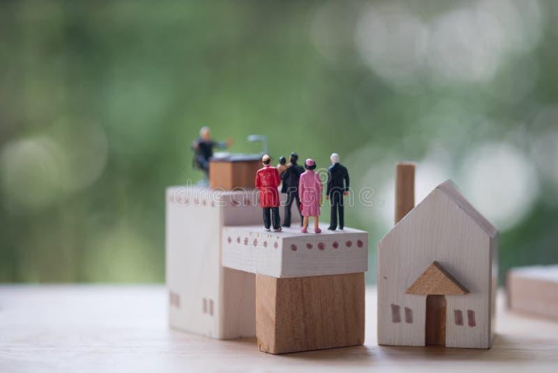 Miniaturowi ludzie kontaktu i zgody bankowość kontaktować się dla zatwierdzają kredyty mieszkaniowych obraz stock