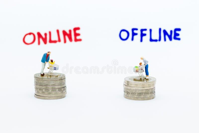 Miniaturowi ludzie: Kupujący dla online i autonomicznych biznesów Wizerunku use dla detalicznego biznesu, wprowadzać na rynek mie obraz stock