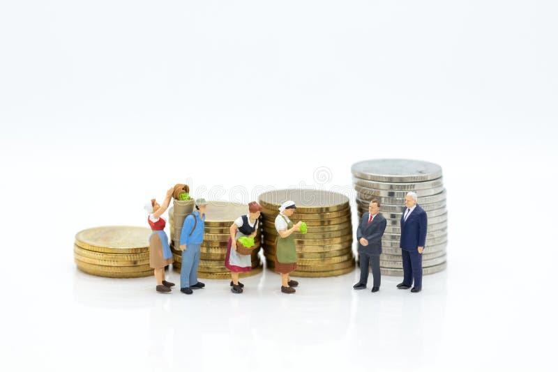 Miniaturowi ludzie: Kupuje produkt od handlowych pośredników sprzedawać targowy wodowanie Wizerunku use dla ekonomicznej administ zdjęcie stock