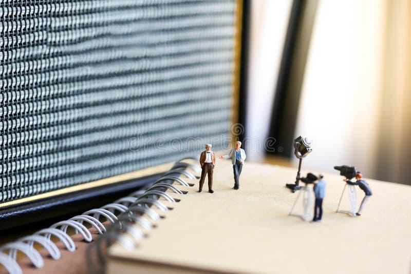 Miniaturowi ludzie: mała drużyna tv reporter Audio Speake obraz royalty free