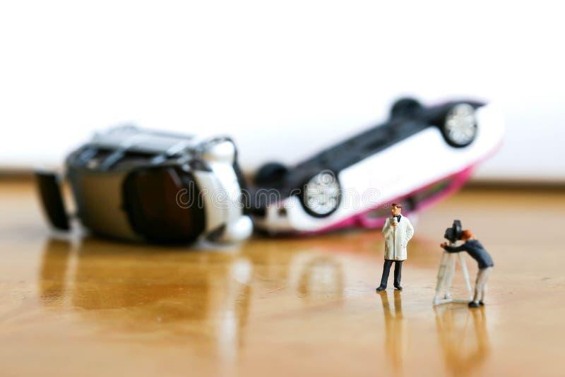 Miniaturowi ludzie: mała drużyna tv reporter wypadek samochodowy zdjęcia royalty free