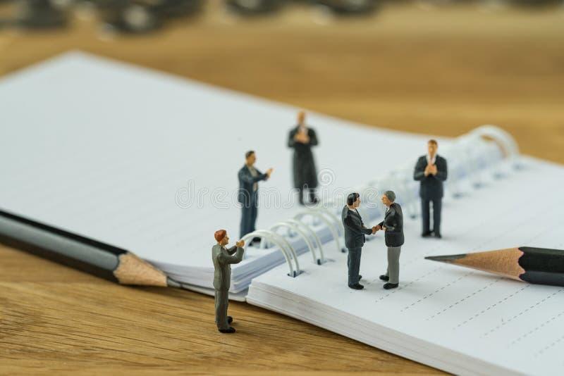 Miniaturowi ludzie, mały postać biznesmena handshaking i inny, obrazy royalty free