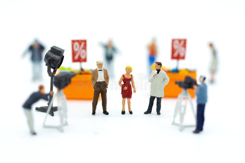Miniaturowi ludzie: Moderator przeprowadza wywiad biznesmena z kamerą i wideo zdobyczem Wizerunku use dla przemysłu rozrywkowego obraz stock