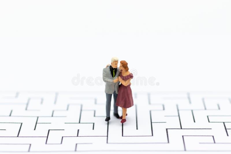 Miniaturowi ludzie: Pary pozycja na labiryncie Wizerunku use dla Żyć zdjęcie stock