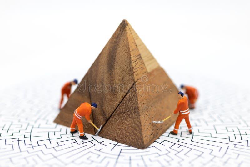 Miniaturowi ludzie: Pracownicy załatwia biznesowych zyski naprawiają, wykres, Używają wizerunek dla ilustracji, rozwiązywanie pro obrazy stock