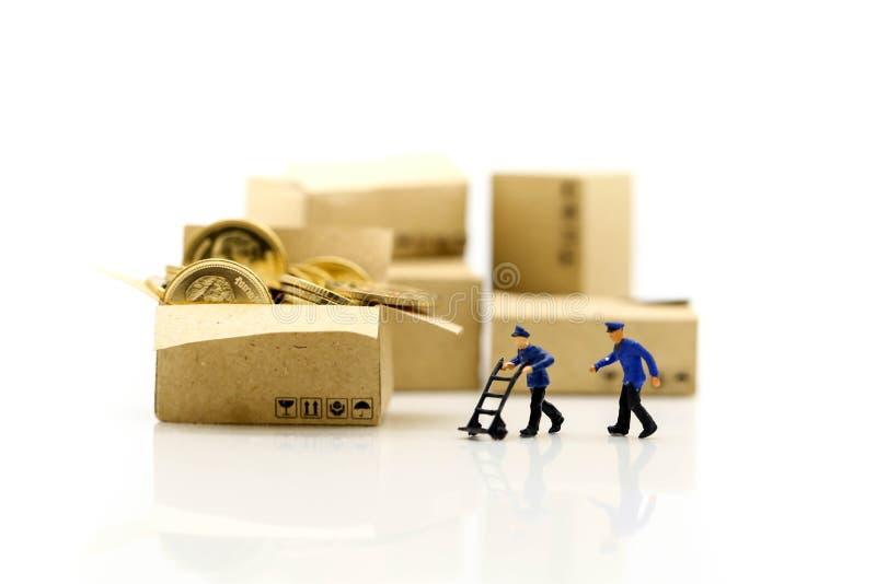 Miniaturowi ludzie: Pracownik i pudełko z biznesmen wysyłką, czynsz obrazy royalty free