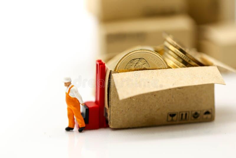 Miniaturowi ludzie: Pracownik i pudełko z biznesmen wysyłką, czynsz obraz royalty free