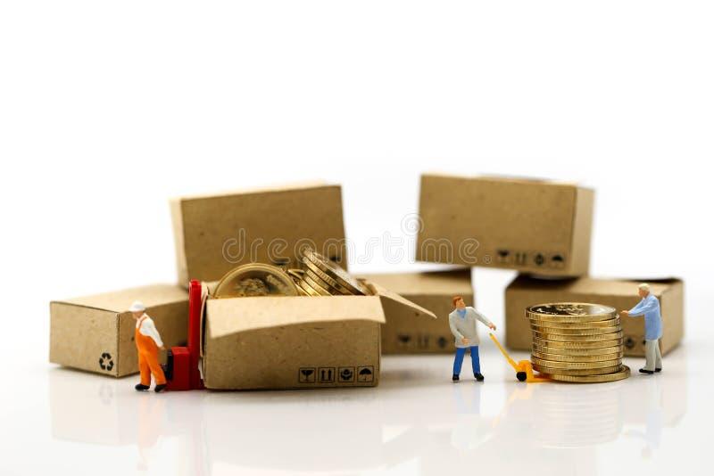 Miniaturowi ludzie: Pracownik i pudełko z biznesmen wysyłką, czynsz zdjęcie stock