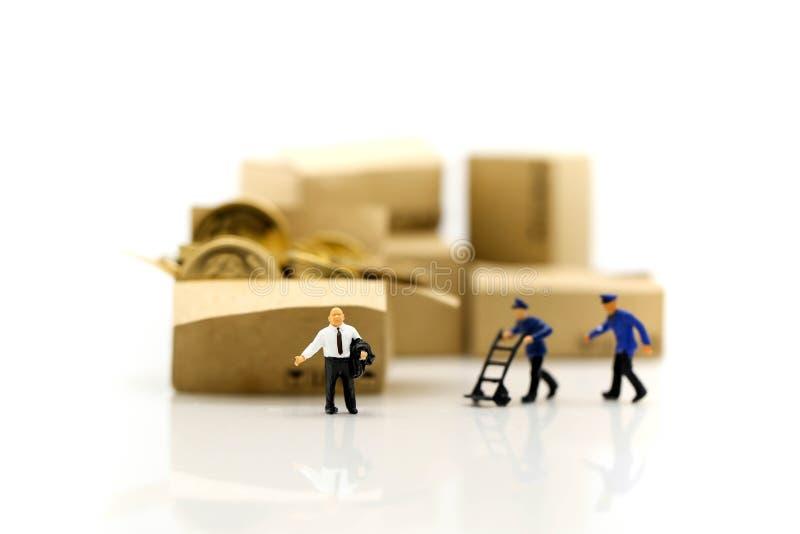 Miniaturowi ludzie: Pracownik i pudełko z biznesmen wysyłką, czynsz zdjęcia royalty free