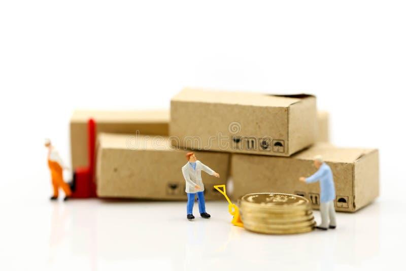 Miniaturowi ludzie: Pracownik i pudełko z biznesmen wysyłką, czynsz obraz stock