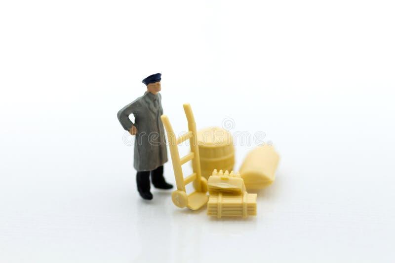 Miniaturowi ludzie: Pracownik i skrzynki Wizerunku use dla dostawy, biznesowy pojęcie zdjęcie royalty free