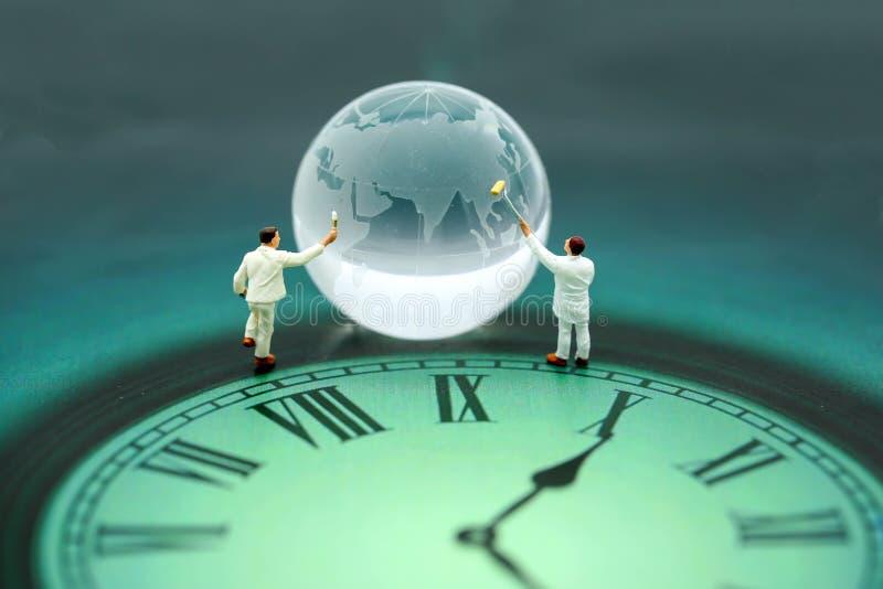 Miniaturowi ludzie: pracownika czysty globalny świat z czasem, świat obraz stock