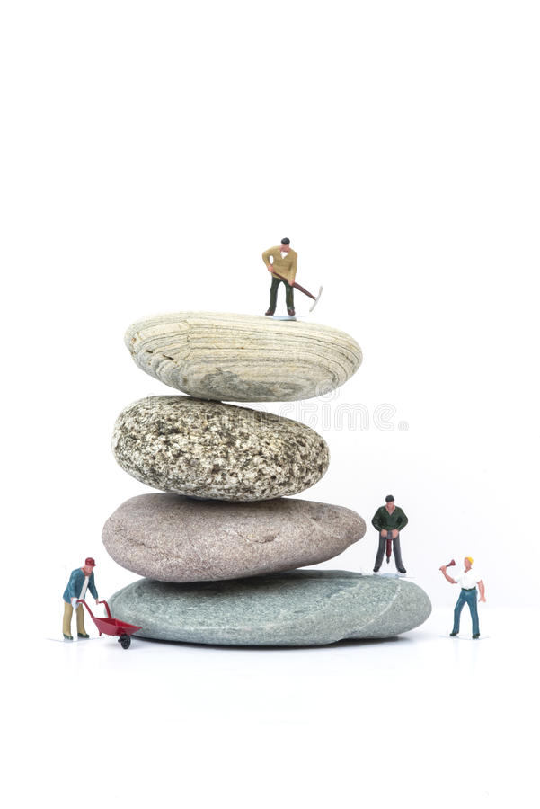 Miniaturowi ludzie pracy zespołowej pokonywania przeszkod biznesu pojęcia zdjęcie stock