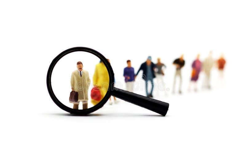 Miniaturowi ludzie: Rekrutacyjny zoom Powiększa - szklany zrywanie zdjęcia stock