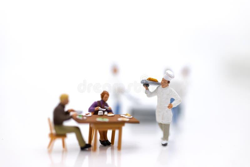 Miniaturowi ludzie: Szefowie kuchni gotują dla klientów które czekają usługa Wizerunek używa dla szybkiej usługi, jedzenia i napo fotografia stock