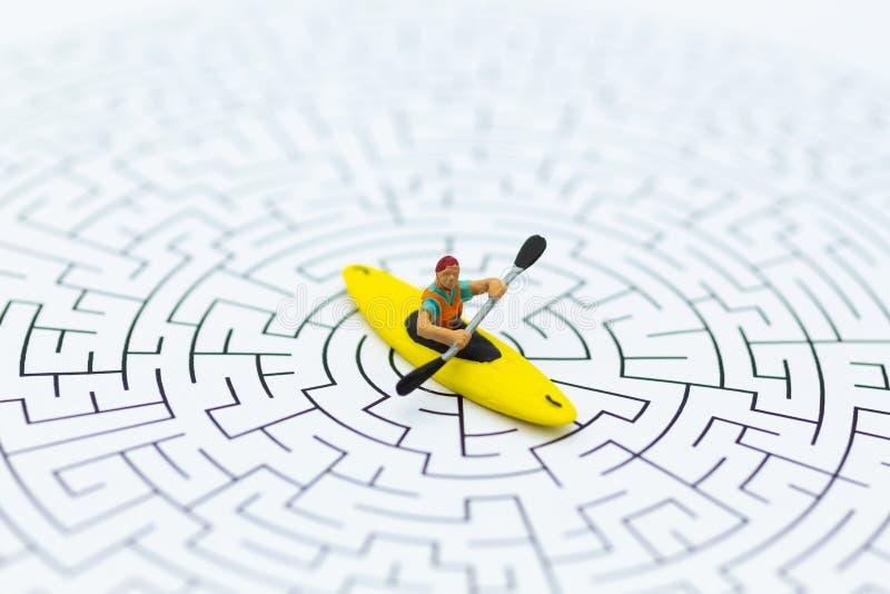 Miniaturowi ludzie: turystyczny wodniactwo, kayaking na labiryncie Wizerunku use dla przygody, aktywność, podróży pojęcie zdjęcia stock