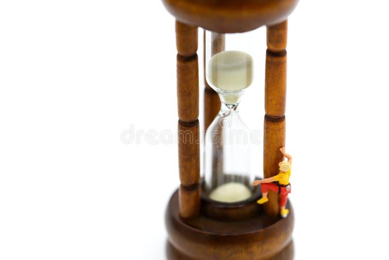 Miniaturowi ludzie: wspinający się z Sandglass, hourglass fotografia royalty free