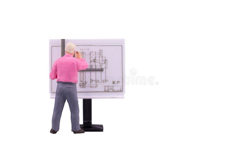 Miniaturowi nauczycieli ludzie pracuje na rysunku odizolowywającym z ścinek ścieżką fotografia stock