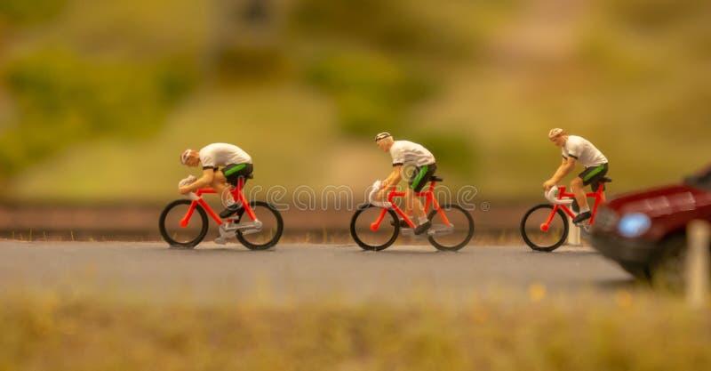 Miniaturowi podróżnicy z rowerami Koncepcja podróżnicza i sportowa Miniaturowa figura męskich rowerów zdjęcia royalty free