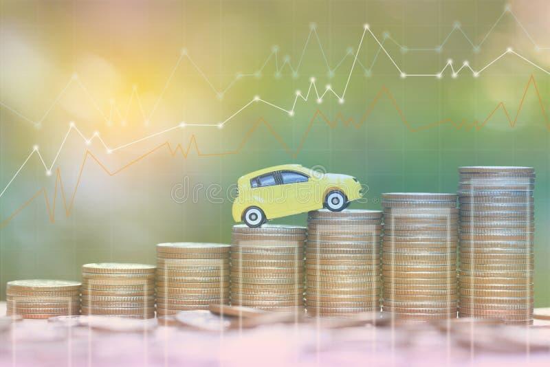Miniaturowy żółty samochodu model na dorośnięcie stercie moneta pieniądze na natury zieleni tle, oszczędzanie pieniądze dla samoc obraz stock