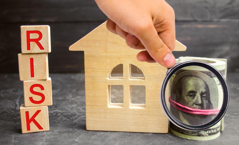 Miniaturowy drewniany dom, dolary i «ryzyko «wpisowy Kupować dom, mieszkanie i pieniężnych ryzyko, Strata własność dla zdjęcie stock