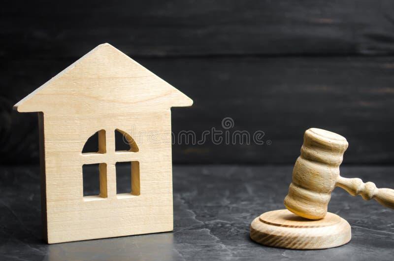 Miniaturowy drewniany dom i młot sędzia Aukci kupować/bubel dom Wymuszona eksmisja i konfiskata klarowanie zdjęcia stock
