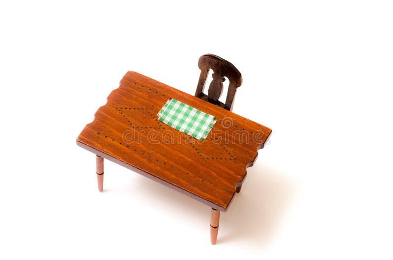Miniaturowy drewno stół, krzesło z placemat i, odizolowywającym fotografia stock