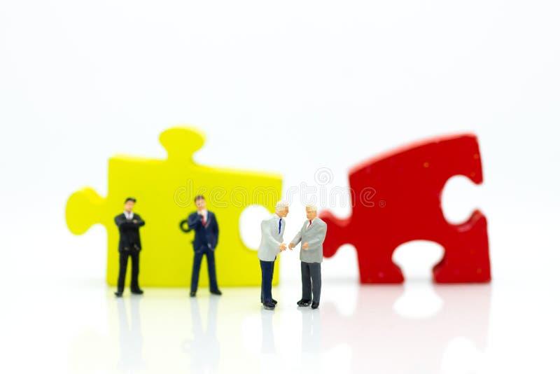Miniaturowy mężczyzna: Biznesmena uścisk dłoni ono zgadza się wsólne przedsięwzięcie inwestycja Wizerunku use dla biznesu, oddani fotografia royalty free