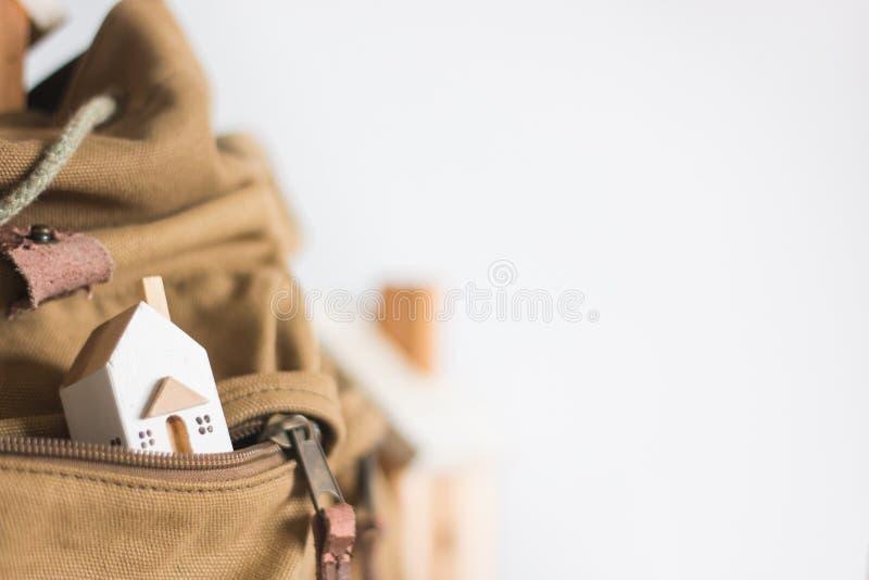 Miniaturowy model domu w brÄ…zowym kolorze kieszeni Zipper na biaÅ'ym tle zdjęcie royalty free