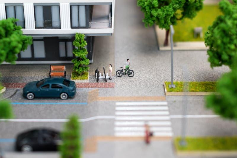 Miniaturowy model, miniatura zabawkarscy budynki, samochody i ludzie, Miasta maquette zdjęcie royalty free