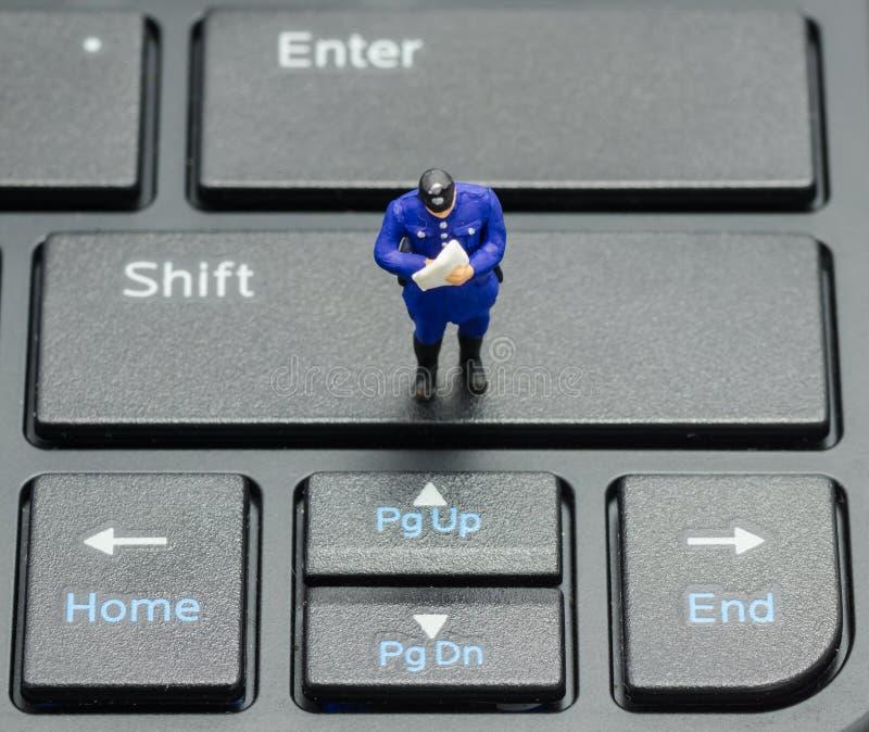 Miniaturowy policjant na klawiaturze obrazy royalty free