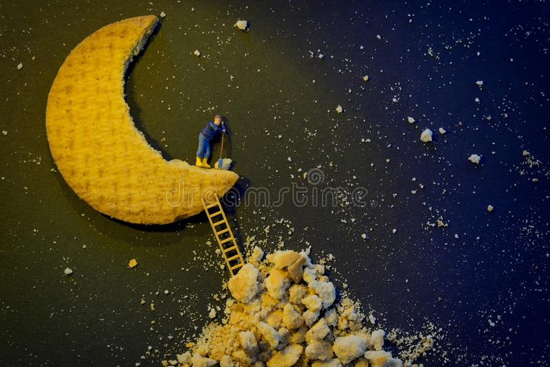 Miniaturowy pracownik naprawia przyrodnią księżyc obraz royalty free