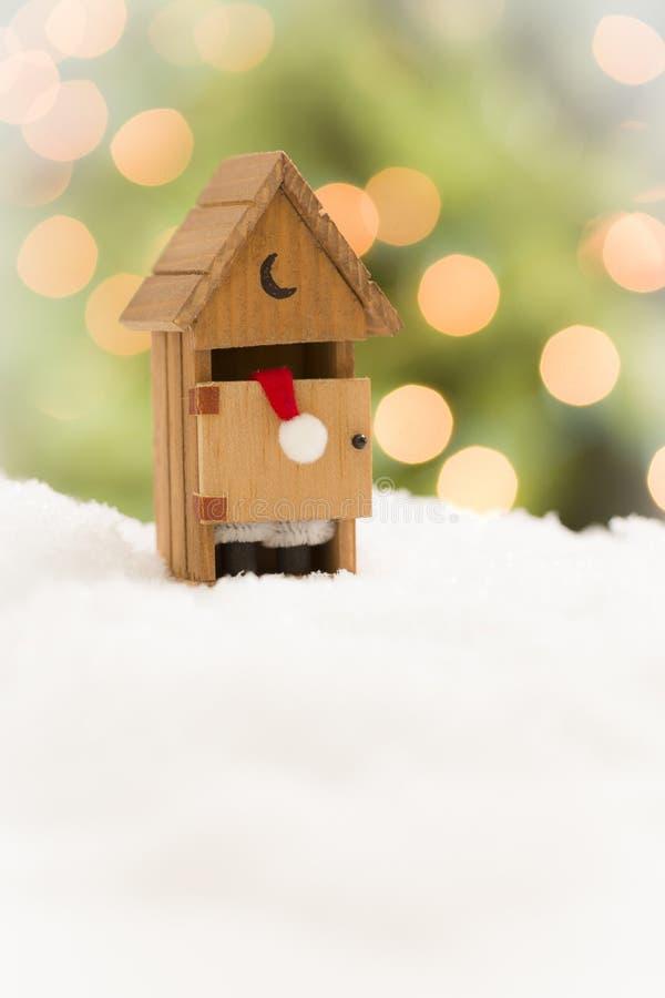 Miniaturowy Santa w Outhouse na śniegu Nad Wakacyjnym tłem obraz royalty free