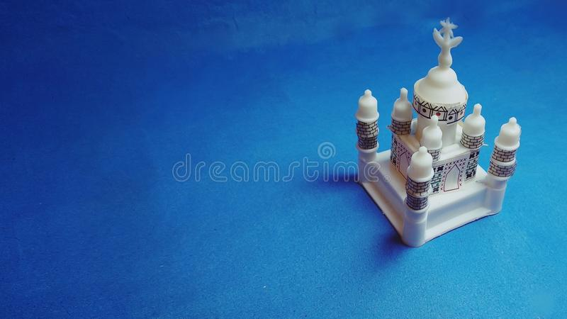 Miniaturowy Taj mahal na błękitnym tle zdjęcia royalty free