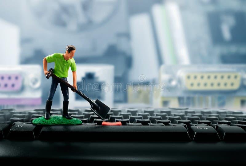 Miniaturowy zabawkarski pracownik na klawiaturze obraz royalty free
