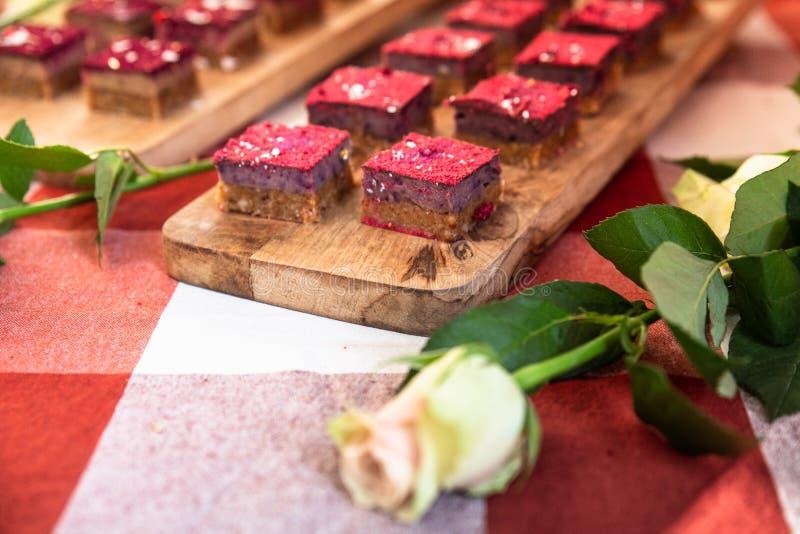 Miniaturplätzchenkuchen mit Rose lizenzfreies stockfoto