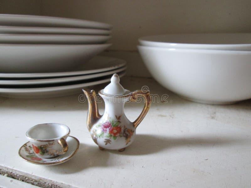 Miniaturporzellan-Tee-Satz lizenzfreies stockfoto