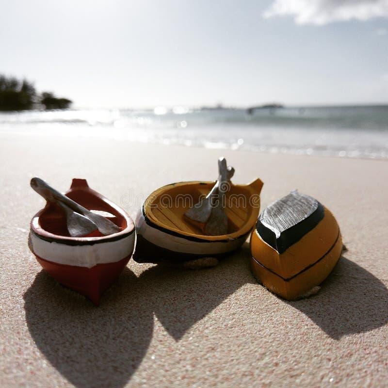 Miniaturrowboter an einem tropischen Strand lizenzfreie stockfotos