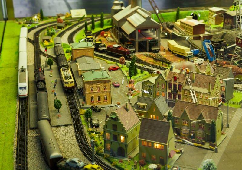 Miniaturszene in der Stadt mit vorbildlichem Zug lizenzfreies stockbild