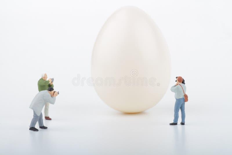 Miniatury fotografowie i jajko fotografia stock