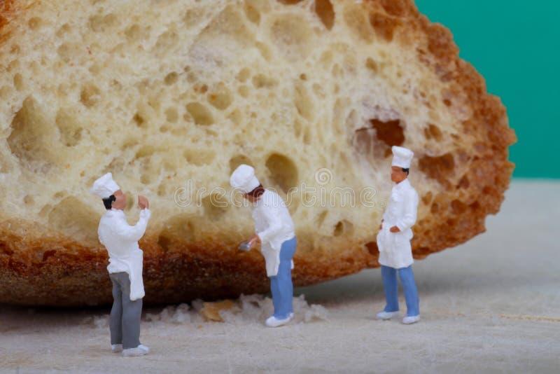 Miniatury kucharzi z chlebem zdjęcie royalty free