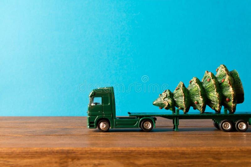 miniaturyzujący Zabawkarska ciężarówka niesie choinki Pojęcie Chri zdjęcia royalty free