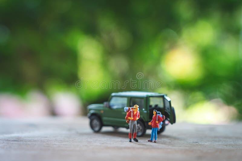 Miniaturyzuje 2 ludzie stoi podr zdjęcie royalty free