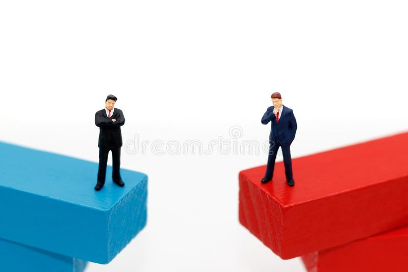 miniatuur bedrijfsmensen die zich op houten doos bevinden Het denken, Targ royalty-vrije stock foto's
