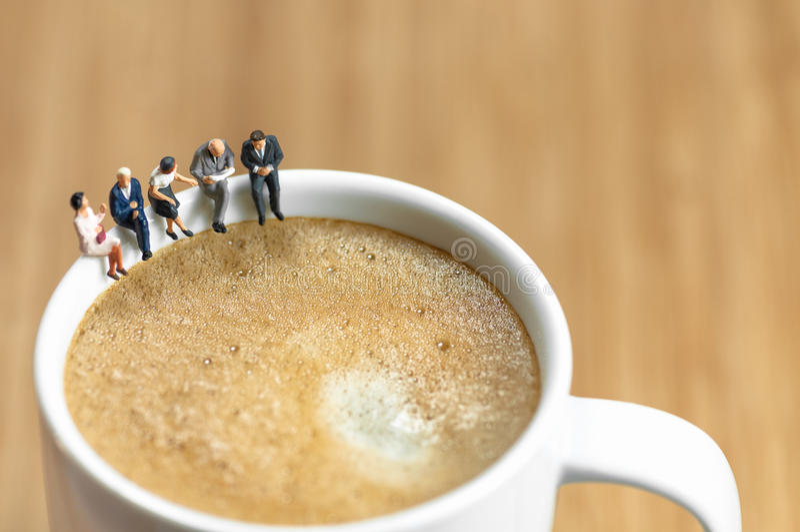 Miniatuur commercieel team die een koffiepauze hebben stock afbeeldingen