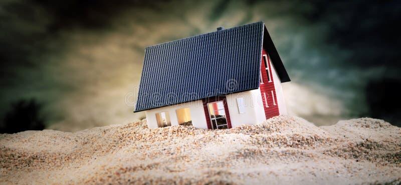 Miniatuur die van huis zich in zand bevinden royalty-vrije stock afbeelding