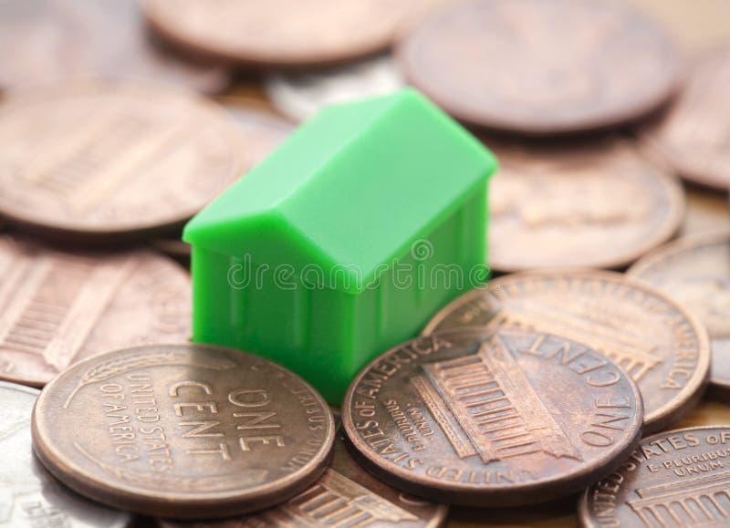 Miniatuur groen huis op de muntstukken van de V.S. royalty-vrije stock foto