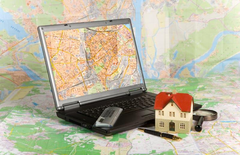 Miniatuur huis op kaart royalty-vrije stock afbeelding