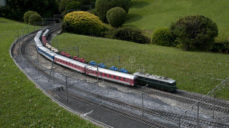 Miniatuur model (trein) in minipark stock foto's